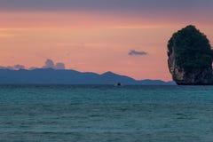 Розовые фиолетовые острова Phi Phi захода солнца стоковая фотография rf