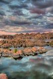 Розовые фиолетовые Dell гранита Аризоны Prescott захода солнца стоковая фотография rf
