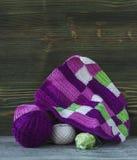 Розовые, фиолетовые, magenta, белые и зеленые шотландка и шарики Хлопчатобумажная пряжа для вязать, вязание крючком Начало яркой  Стоковое фото RF