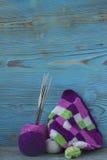 Розовые, фиолетовые, magenta, белые и зеленые шотландка и шарики Хлопчатобумажная пряжа для вязать, вязание крючком Начало яркой  Стоковые Изображения