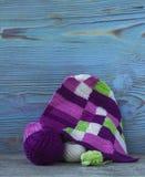 Розовые, фиолетовые, magenta, белые и зеленые шотландка и шарики Хлопчатобумажная пряжа для вязать, вязание крючком Начало яркой  Стоковая Фотография RF