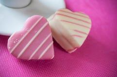 розовые форменные печенье и чашка кофе сердца на розовом ба Стоковая Фотография RF