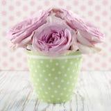 Розовые цветки в зеленой вазе polkadot Стоковые Фотографии RF
