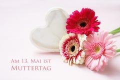 Розовые цветки и белизна покрасили деревянное сердце на пастельном colore Стоковая Фотография RF