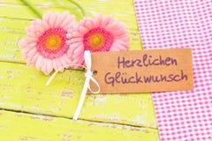 Розовые цветки и текст поздравительной открытки немецкий, Herzlichen Glueckwunsch, поздравление середин для Wedding или день вале Стоковые Фотографии RF