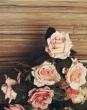Розовые цветки на деревянной предпосылке Ретро взгляды стоковые фото