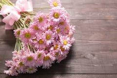 Розовые цветки на деревянной предпосылке с лентой Стоковые Фотографии RF