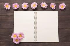 Розовые цветки на космосе тетради для вашего текста Стоковое Изображение RF