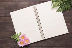 Розовые цветки на космосе тетради для вашего текста Стоковая Фотография