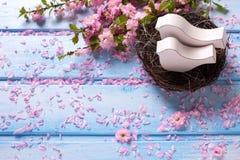 Розовые цветки Сакуры и 2 белых деревянных декоративных птицы в ne Стоковые Изображения
