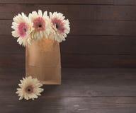 Розовые цветки gerbera в вазе, на деревянной предпосылке Стоковые Изображения RF