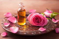 Розовые цветок и эфирное масло. ароматерапия курорта стоковое изображение