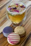 Розовые чай и macaroons Стоковые Фотографии RF