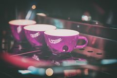Розовые чашки на стойке машины кофе, бара Винтажный темный тон, время кофе, для пользы предпосылки Стоковое Изображение RF