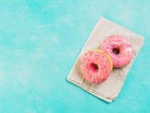 Розовые donuts на голубой предпосылке, космосе экземпляра, взгляд сверху Стоковое Изображение