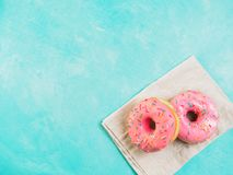 Розовые donuts на голубой предпосылке, космосе экземпляра, взгляд сверху Стоковое Фото