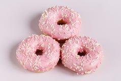 Розовые donuts с sprincles на белизне Стоковое фото RF