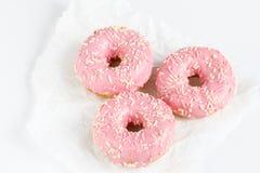 Розовые donuts с sprincles на белизне Стоковые Фотографии RF