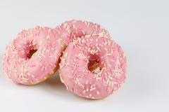 Розовые donuts с sprincles на белизне Стоковая Фотография