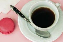 Розовые macaron, macaroon и чашка кофе Романтичное утро Взгляд сверху Десерт, подарок, присутствующий для любимого Стоковое Изображение