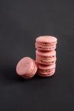 Розовые macarons штабелированные в куче Стоковые Изображения RF