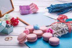 Розовые macaroons Вопрос свадьбы кольца предпосылки яркие wedding белизна Открытка с карандашем Стоковая Фотография RF