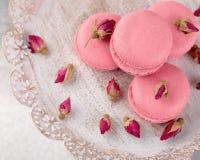 Розовые macaroons на винтажной плите и высушенных бутонах цветка пастельно Стоковые Изображения RF