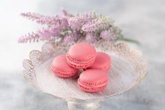 Розовые macaroons на винтажной плите и цветках Покрашенная пастель Стоковое Изображение RF