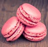Розовые macaroons на ретро деревянной предпосылке Стоковые Изображения RF