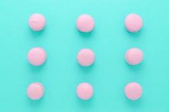 Розовые macaroons домодельные на взгляд сверху предпосылки бирюзы Стоковые Фото