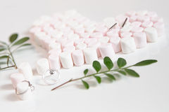 Розовые marshmellows сердце и драгоценности Стоковые Фото