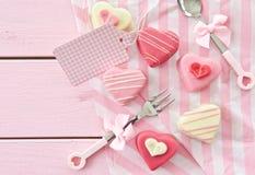 Розовые petit four в форме сердца Стоковое фото RF