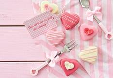 Розовые petit four в форме сердца Стоковые Изображения RF