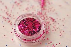 Розовые Sequins для дизайна ногтей в коробке Яркий блеск в опарниках стоковое изображение