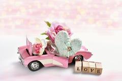 Розовый автомобиль игрушки cabriolet для валентинок стоковая фотография rf