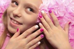 Розовый белый маникюр ` s детей Стоковые Изображения