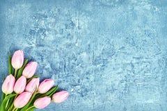 Розовый букет тюльпанов на голубой предпосылке Скопируйте космос, взгляд сверху День рождения, день матерей, день валентинки Стоковое Изображение RF