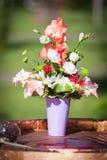 Розовый букет цветка на деревянном столе Стоковое Изображение RF