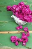 Розовый букет цветка на деревянных планках Стоковое Изображение RF