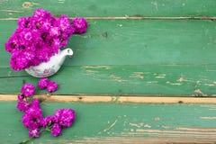 Розовый букет цветка на деревянных планках Стоковое Фото