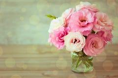 Розовый букет цветков - винтажный стиль стоковые фото