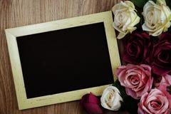 Розовый букет цветков с экземпляром космоса аранжировать для украшения на деревянной предпосылке стоковые изображения