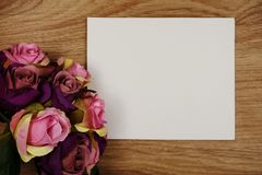 Розовый букет цветков с экземпляром космоса аранжировать для украшения на деревянной предпосылке стоковое изображение rf