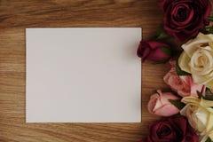 Розовый букет цветков с экземпляром космоса аранжировать для украшения на деревянной предпосылке стоковая фотография rf