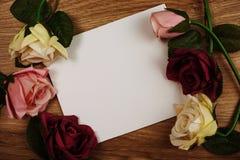 Розовый букет цветков с экземпляром космоса аранжировать для украшения на деревянной предпосылке стоковые фотографии rf