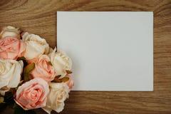 Розовый букет цветков с экземпляром космоса аранжировать для украшения на деревянной предпосылке стоковое фото
