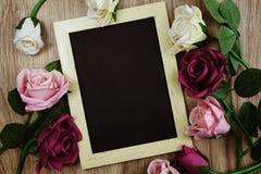 Розовый букет цветков с экземпляром космоса аранжировать для украшения на деревянной предпосылке стоковое изображение