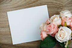 Розовый букет цветков с экземпляром космоса аранжировать для украшения на деревянной предпосылке стоковое фото rf