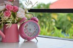 Розовый будильник и розовый цветок Стоковое фото RF