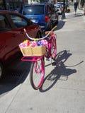 Розовый велосипед на улице в Кингстоне стоковые изображения rf